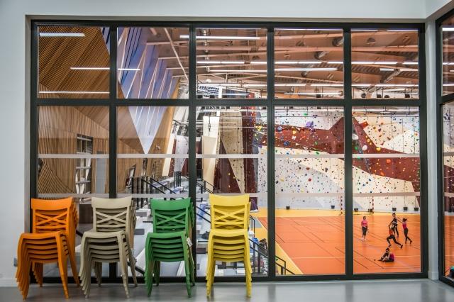 Depuis le club-house, le visiteur découvre le mur d'escalade et la salle dédiée à la gymnastique rythmique, au twirling bâton et aux sports collectifs. Une baie
