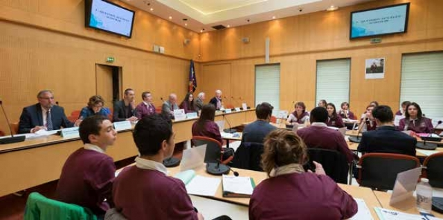 Le conseil des jeunes citoyens se réunit dans la salle du Conseil municipal