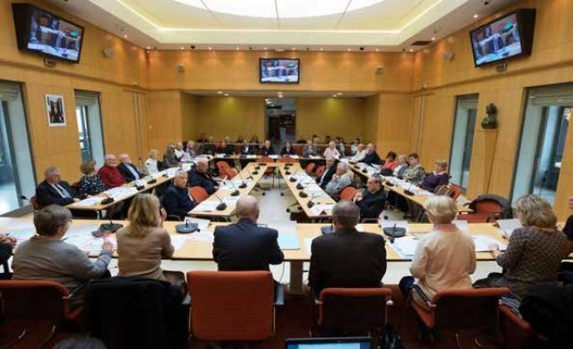 Le Conseil des seniors se réunit dans la salle du Conseil Municipal