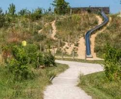 Les merlons de terre séparent visuellement et phoniquement le parc des Alisiers de l&aposA86